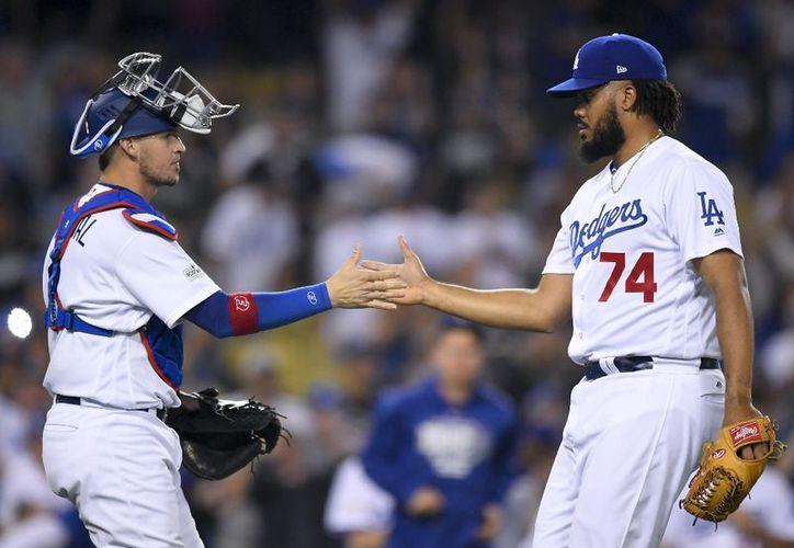 El receptor Yasmani Grandal de los Dodgers festeja con Kenley Jansen (derecha) tras la victoria ante los Diamondbacks de Arizona en la serie divisional de la Liga Nacional, el viernes 6 de octubre de 2017. (AP)