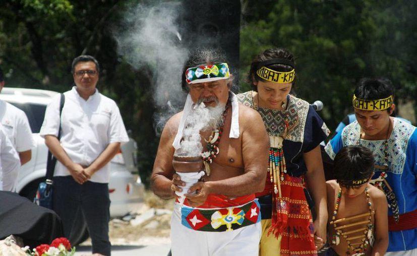 El sacerdote maya Luis Nah encabezó el ritual fúnebre en honor a los líderes de la Guerra de Castas.  (Octavio Martínez/SIPSE)