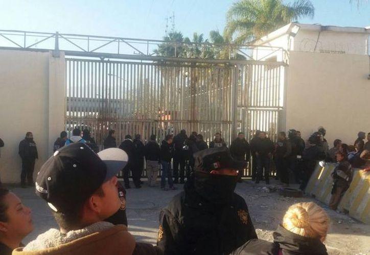 Los familiares del los reos permanecen afuera del Penal del Topo Chico para saber el estado sus parientes. (twitter(@Reporte_Indigo)