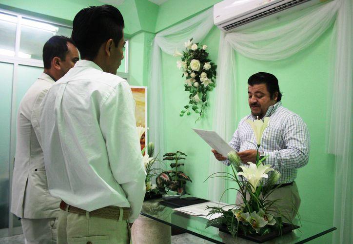 Carlos Enrique Guerra Sánchez dio fe de la unión entre Saúl y José Armando, en una ceremonia que se celebró ayer a las 11 horas. (Octavio Martínez/SIPSE)