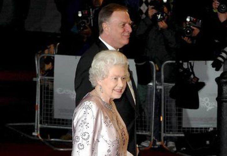 """La reina Isabel II llega al estreno mundial de """"Casino Royale"""", película del director Martin Campbell. (EFE/Archivo)"""