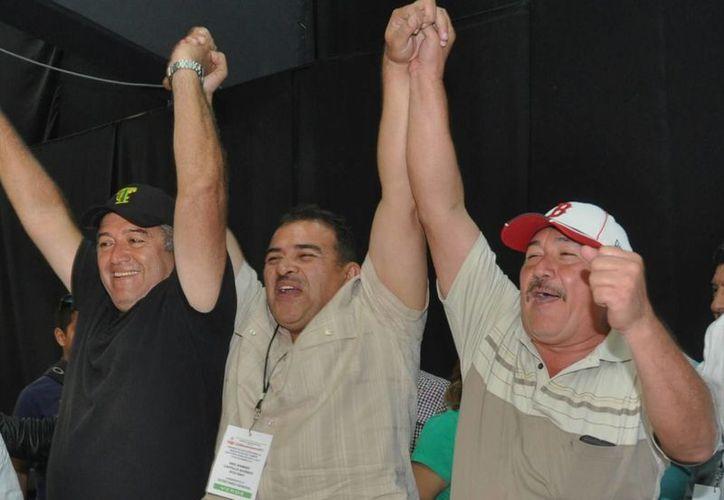 Heidelberg Oliver Fabro, actual dirigente (derecha), alzó el brazo del representante de la planilla verde, en señal de victoria. (Sergio Orozco/SIPSE)