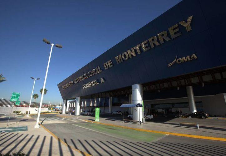 Un enfrentamiento entre policías federales y un grupo de personas armadas ocasionó que el Aeropuerto Internacional de Monterrey fuera sitiado. (enelaire.mx)