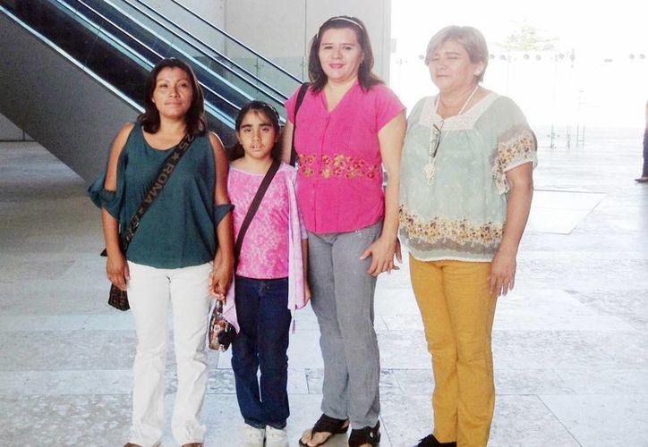 Fotografía de la pequeña María José, acompañada de sus familiares, entre ellas, su tía,  donante de su nuevo riñón. (Milenio Novedades)
