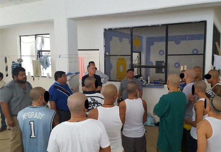El funcionario estatal escuchó las peticiones de algunos internos para mejorar las condiciones del penal. (Redacción/SIPSE)