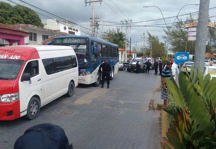 La presencia de elementos policíacos calmó los ánimos de los choferes. (Eric Galindo/SIPSE)