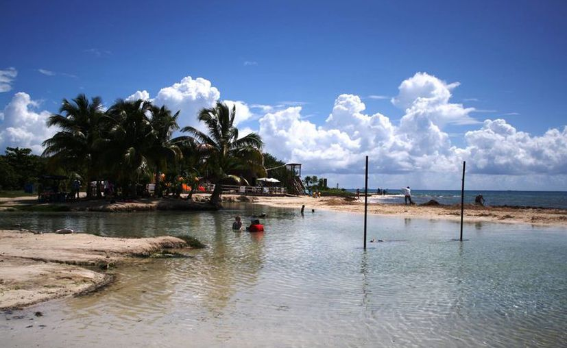 Protección Civil sugiere a los usuarios de la zona de playa del Punta Esmeralda, no lanzarse clavados en el cenote. (Octavio Martínez/SIPSE)