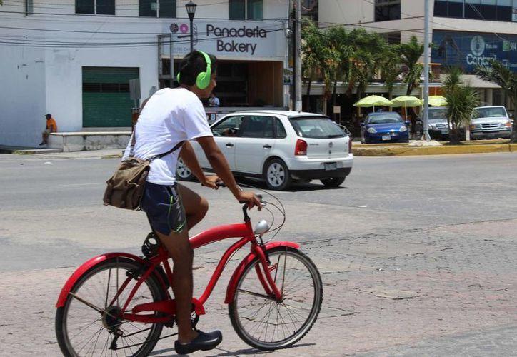 El director de Tránsito indicó que seguirán con el operativo Ciclista Seguro, en el que se indica que deben transitar en el mismo sentido de la vialidad. (Sara Cauich/SIPSE)
