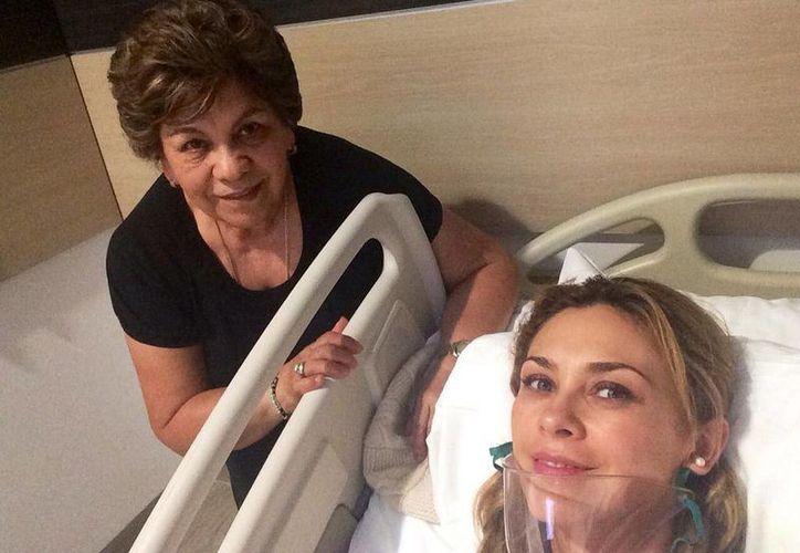 Aracely Arámbula compartió la fotografía de su recuperación en Twitter. En la imagen, con su mamá, su 'mejor enfermera' (Twitter: Aracely Arámbula )
