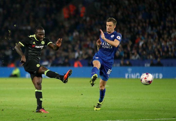 Victor Moses (i), del Chelsea, hace un disparo a gol mientras observa Jamie Vardy, de Leicester. El primer club avanzó a octavos de final de la Copa de Liga. (AP)
