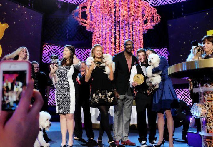 La modelo y empresaria Paris Hilton (c) con la jugadora de NFL, Terrill Owens, con otros nominados durante actividades previas a la entrega de los World Dog Awards en Santa Monica, California. (Foto: AP)