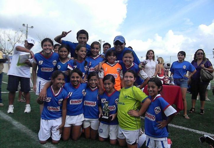 El equipo Leones Negros del Valladolid de la rama femenil. (Ángel Mazariego/SIPSE)