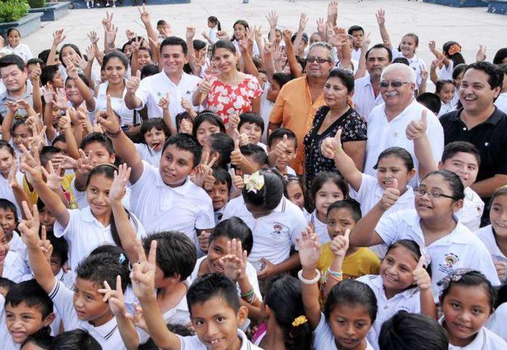 El alcalde saludó y convivió con los niños del plantel educativo. (Cortesía/SIPSE)