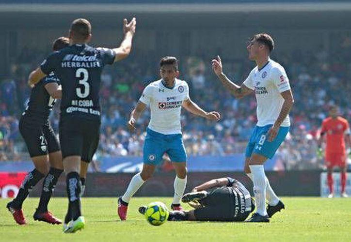 Gabriel Peñalba recibió la tarjeta roja tras propinar un pisotón al Bryan Rabello, futbolista de Pumas de la UNAM.(Milenio Digital)