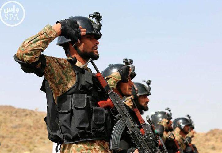 Lo coalición árabe continúa su ofensiva -por cielo y tierra- contra los rebeldes en Yemen. La imagen es de contexto, y corresponde a Fuerzas Terrestres de Arabia Saudí, durante un ejercicio militar. (Archivo/AP)