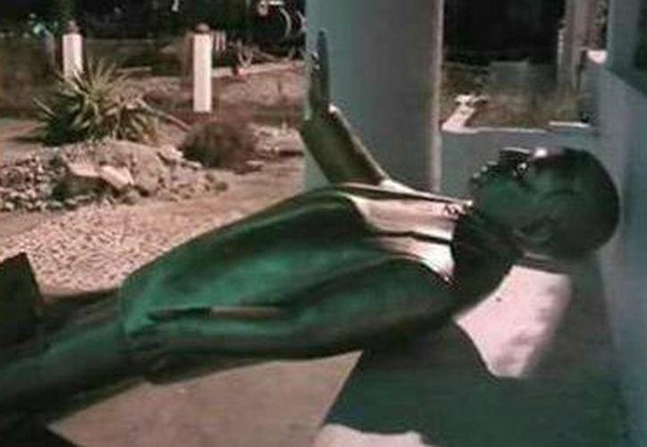 Personal municipal desprendió la estatua de bronce del ex presidente y la dejó abandonada a un lado del parque municipal. (Foto: Twitter)