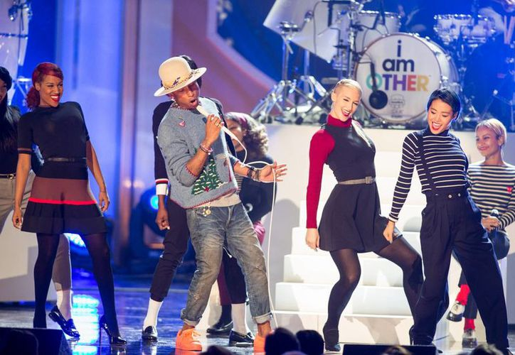 Pharrel Williams durante un ensayo previo a la entrega de los premios Latin Grammy que se celebrará en Las Vegas. (Foto: AP)