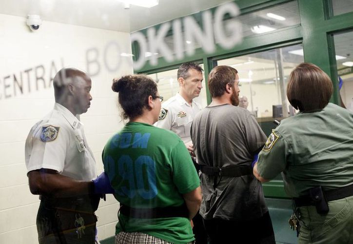 Joshua Michael Hakken y su esposa Sharyn Patricia Hakken fueron encarcelados en las primeras horas del miércoles. (Agencias)