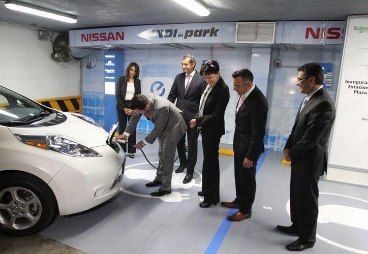 La CFE indica que la recarga de energía en electrolineras para autos eléctricos o híbridos dura hasta tres días. (Notimex)