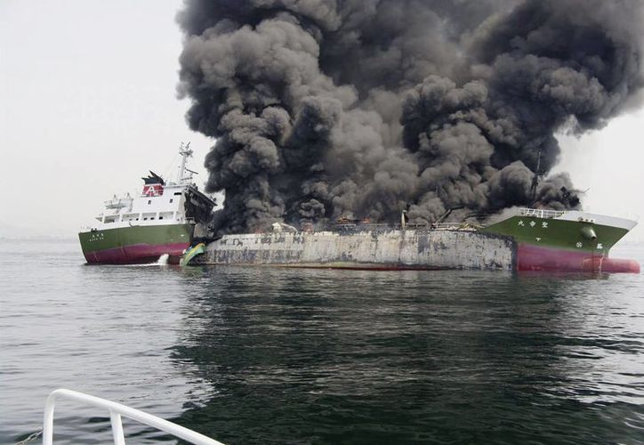 Fotografía facilitada por la Guardia Costera japonesa que muestra el petrolero que ha explotado hoy, cerca del puerto de Hineji en la prefectura de Hyogo, Japón. (EFE/5th Regional Coast Guard Headqua)