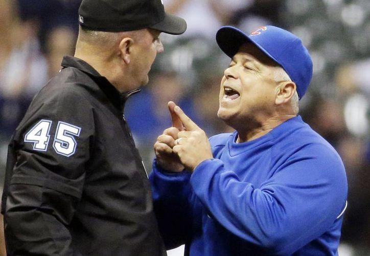Rick Rentería, quien fuera manager de Cachorros, discute con el ampayer Jeff Nelson durante un partido contra Milwaukee. (Foto: AP)