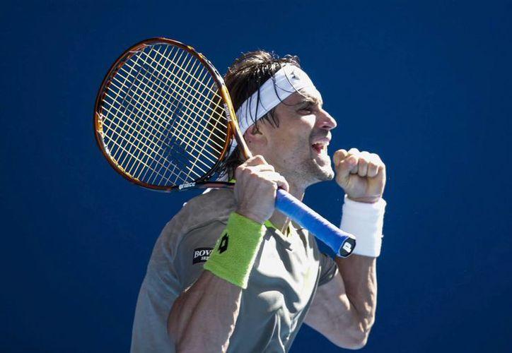 El tenista español David Ferrer, celebra su victoria tras el partido contra el alemán Florian Mayer, este domingo en el Abierto de Australia. (EFE)