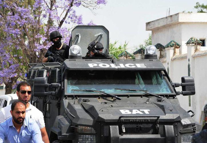 Un vehículo blindado de las fuerzas especiales tunecinas llega al cuartel situado en el barrio de Boucgucha en el que se registró un tiroteo. (EFE)