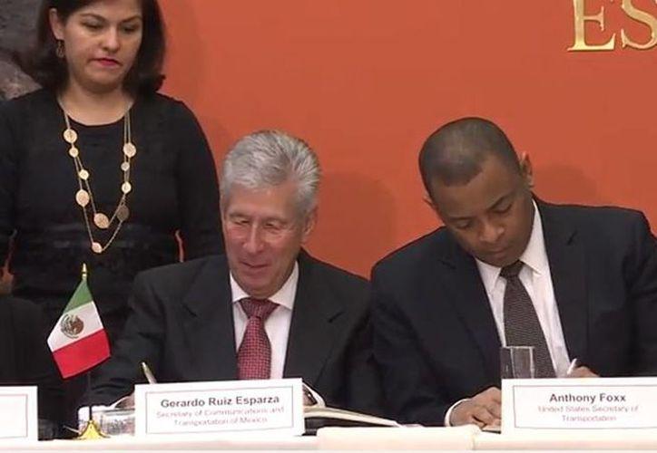 Momento en que el  secretario de Comunicaciones y Transporte de México, Gerardo Ruiz Esparza, y su par estadunidense Anthony Foxx firmaron el convenio aéreo. (YouTube/SCTMexico)