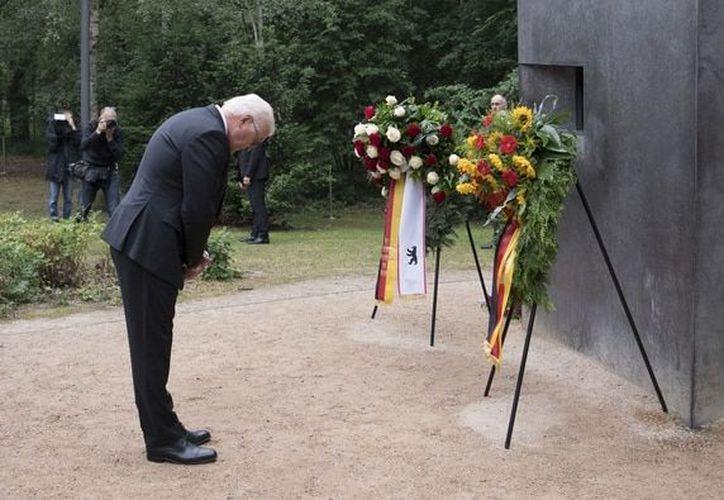 El presidente alemán, Frank-Walter Steinmeier, se inclina tras colocar un arreglo floral en el monumento a los homosexuales víctimas del nazismo. (Foto: AFP)