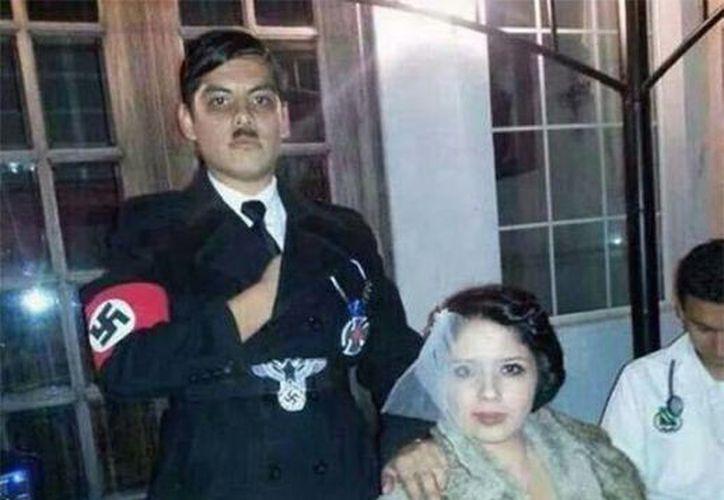 Manuel Escobedo, asesor en el Congreso de Chihuahua, aparece como el líder nazi Adolfo Hitler, junto con Karla de la Rosa, en el 'papel' de Eva Braun. (Fotos tomadas de Twitter)