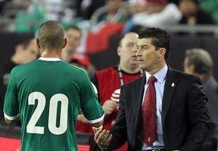 El técnico de México José Manuel de la Torre, derecha, conversa con Jorge Torres Nilo (20), durante un amistoso contra Dinamarca el miércoles 30 de enero pasado. (Agencias)