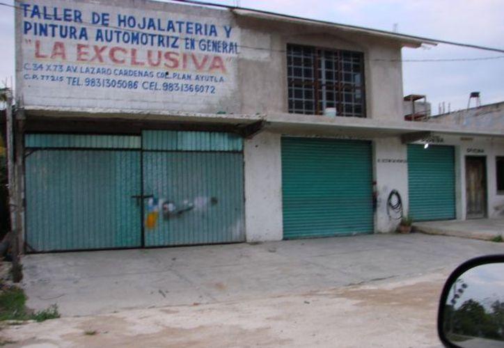 El taller de hojalatería está cerrado, pero no se ha visto por la zona personal de Seguridad Pública resguardando el lugar, dijeron indignados los vecinos. (Manuel Salazar/SIPSE)