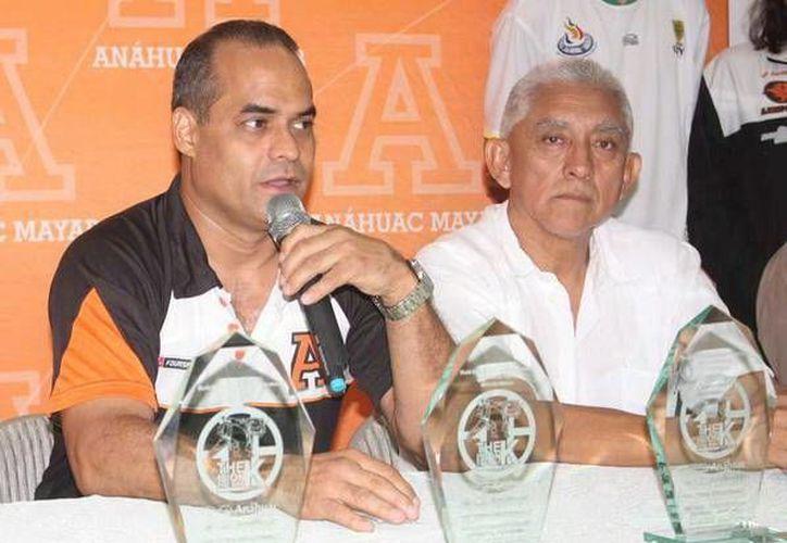 Andrés Quintal, organizador, y Juan Sosa Puerto, del IDEY. (Milenio Novedades)
