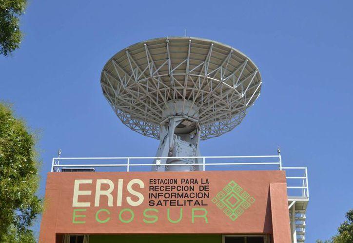 Una vez que se realice un diagnóstico integral de las condiciones del pedestal y las piezas a reparar, se tendrán los costos que implicará la compostura de la antena satelital, instalada en Chetumal. (Harold Alcocer/SIPSE)
