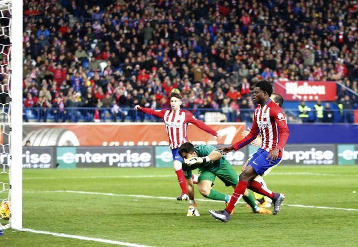 Con gol de ghanés Thomas Partey (izq.) el Atlético de Madrid venció este sábado al Levante para llegar a 41 unidades en 18 jornadas jugadas en la Liga BBVA de España. (Imágenes de AP)