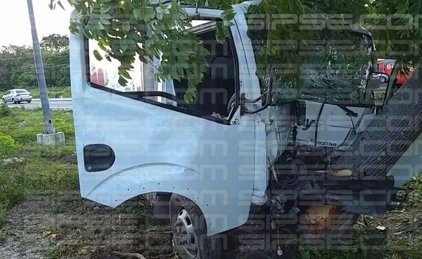 Una de las piernas del conductor quedó atrapada en el camión. (Damara Hernández/ SIPSE)