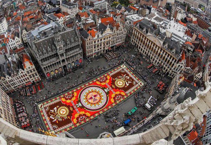 El tapete de flores tiene símbolos mexicanos. (Foto: drfreenews.com)