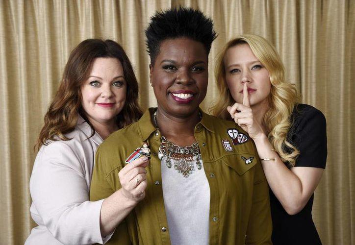 Melissa McCarthy (i), Leslie Jones (c) y Kate McKinnon, integrantes de la versión femenina de 'Ghostbusters', que está por estrenarse. (AP)