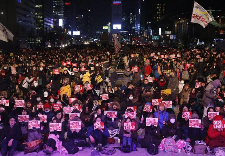 Centenares de miles de surcoreanos ocuparon las calles del centro de Seúl para pedir la dimisión de su presidenta, Park Geun-hye, implicada en el sonado caso de corrupción. (EFE)