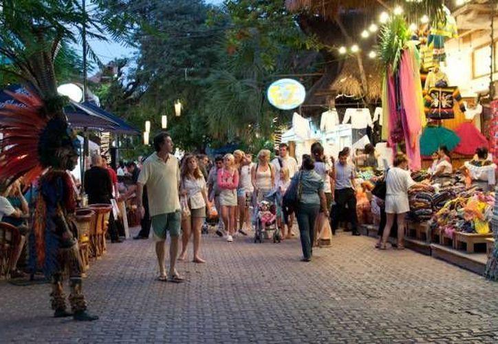 Quienes visitaron la Quinta Avenida en días de lluvia fueron los turistas europeos. (Foto de Contexto/playadelcarmen.com.mx)