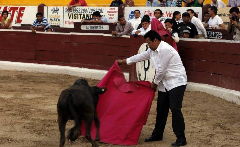 """El """"Padre Rayito"""" al momento de un derechazo con el capote. (Juan Albornoz/SIPSE)"""