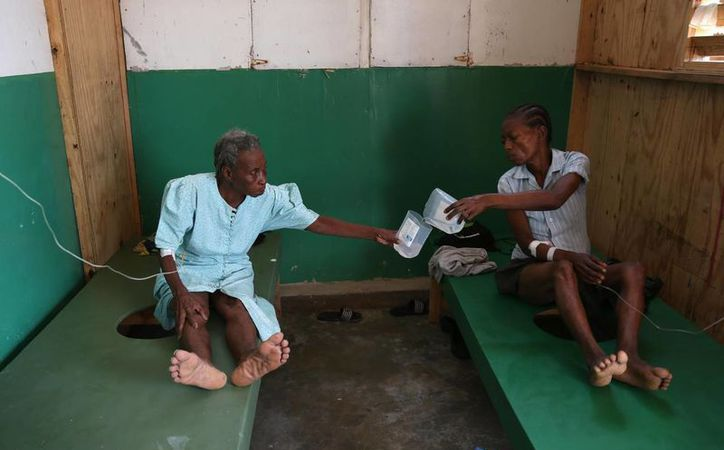 Personas enfermas de cólera reciben atención médica en el hospital Saint Antoine de Jeremie (Haití), tras el paso del huracán Matthew. (EFE)