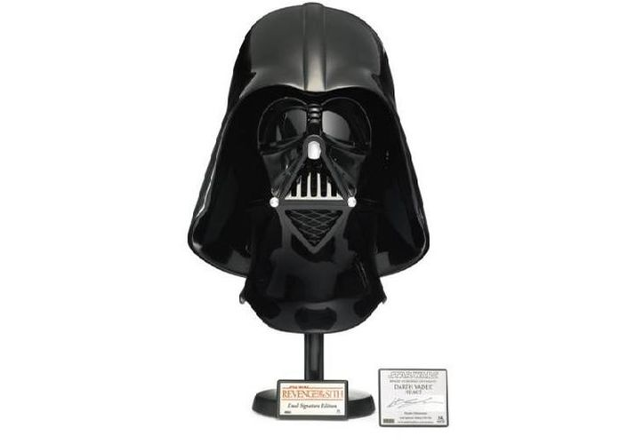 La tienda de subastas Sotheby's pondrá a la venta, entre los cientos de artículos de 'La Guerra de las Galaxias', un casco de Darth Vader firmado por Hayden Christensen. (sothebys.com)