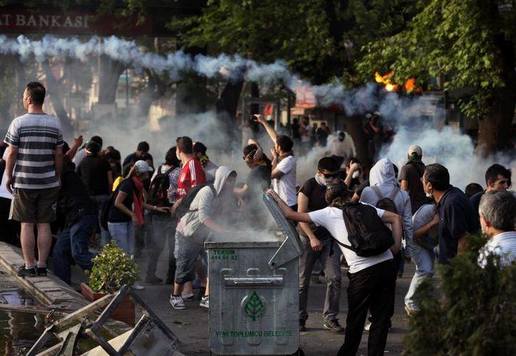 Los manifestantes salieron a las calles para manifestar indignación por la mano dura de la respuesta policial a las protestas. (Agencias)