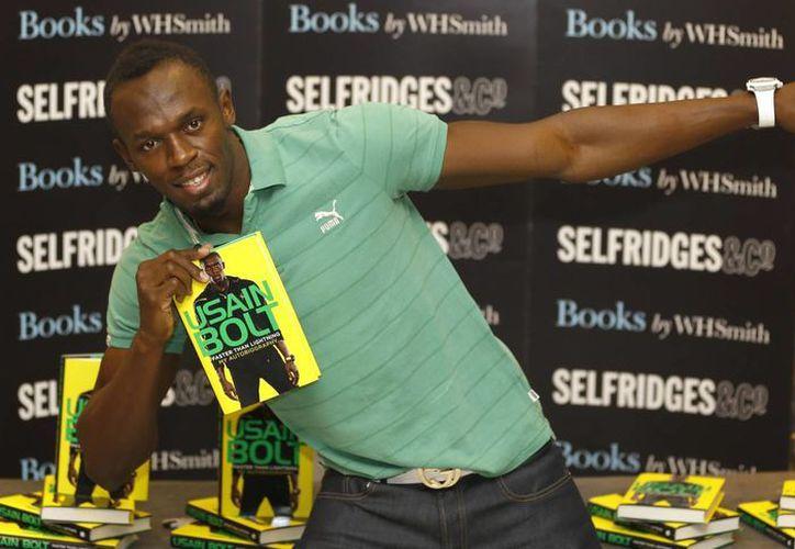 Bolt durante una presentación de su nueva autobiografía 'Faster than Lightning' en Londres. (Agencias)