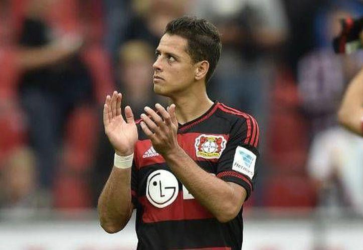 Javier Hernández sigue demostrando su calidad humana luego de que donara una camiseta del Bayer Leverkusen a favor de una asociación. (Archivo AP)