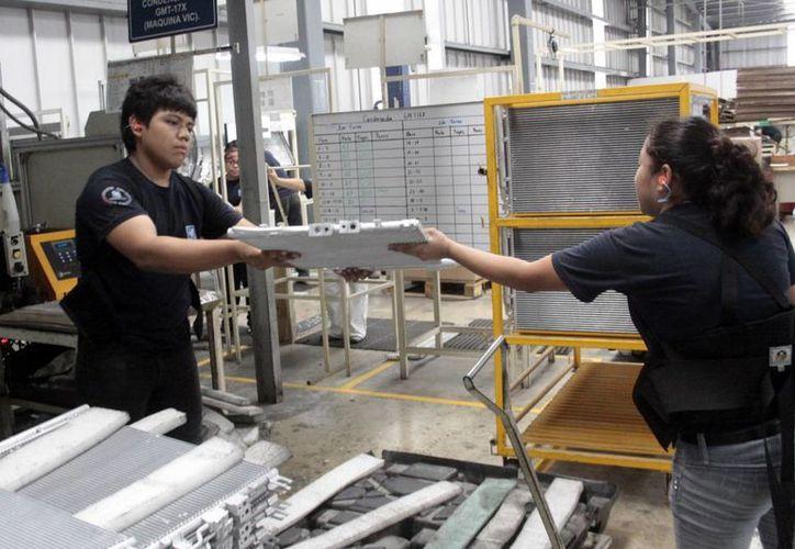 Según un análisis destacó que 36% de los trabajadores yucatecos que prestan sus servicios a alguna empresa no cuentan con prestaciones laborales. Imagen de un par de empleados mientras realizan sus labores. (Archivo/SIPSE)