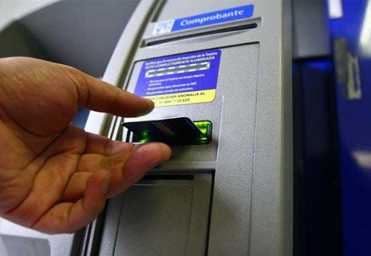 La Condusef recomienda evitar aceptar créditos inmediatos que se ofertan en los cajeros automáticos. (Excélsior)