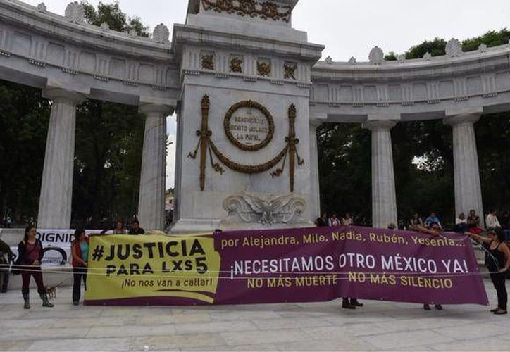 A petición del Presidente del México, el subsecretario de Derechos Humanos de la atenderá personalmente el caso de la Narvarte. Imagen de una manifestación por el asesinato de cinco personas en la Narvarte, entre ellos el fotógrafo Rubén Espinosa y la activista Nadia Vera Pérez. (twitter/@iVitalMx)