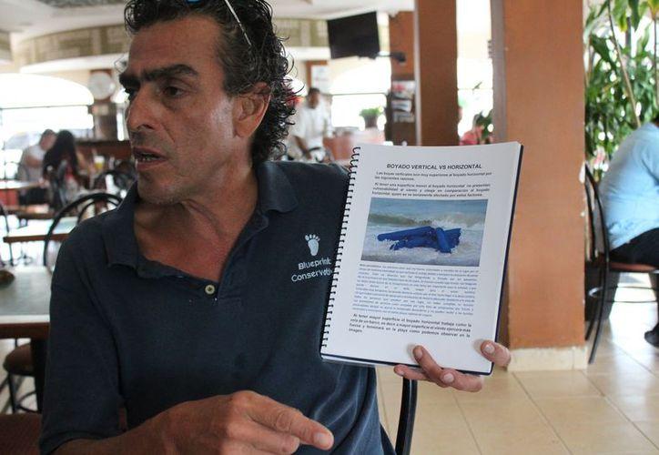 Oscar Carranza Uribe presentó el proyecto de boyado para contener el sargazo. (Adrián Barreto/SIPSE)